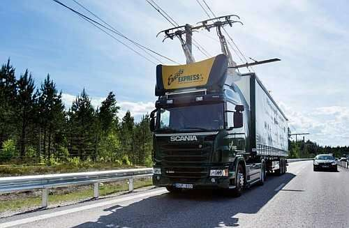 The overhead power lines charge an electric truck for long distance transportation (Source: techspot)