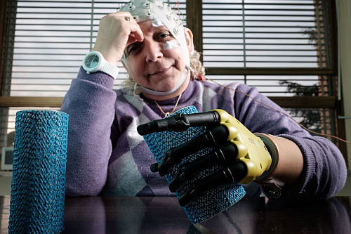 The bionic hand can feel the shape and the consistency of the objects it is touching and to perceive the stimuli as well. (Source: QUOTIDIANO.NET)